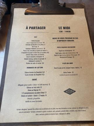 Le menu du midi proposent divers plats de pâtes maison, et des entrées à partager