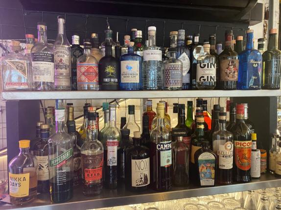 Le coin bar est au centre de la pièces principal en rez-de-chaussée de l'Ultimo. Ils proposent de nombreux alcools mais la particularité est la collection de Gin du Patron