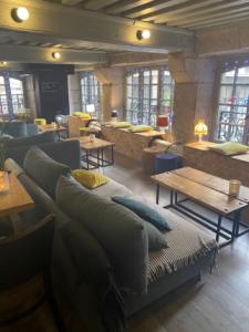 Il s'agit d'un cadre chaleureux, des banquettes et des tables basses en bois, une ambiance cocooning idéal pour se détendre et travailler