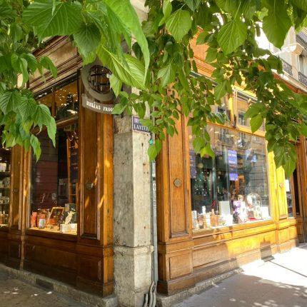 la facade de la boutique fait l'angle de la rue de la lanterne, on distingue les diverses vitrines.