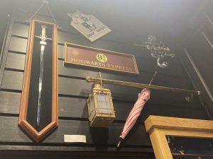 L'épée de Gryffondor, le parapluie d'Ombrage, la plaque du quai 9 3/4
