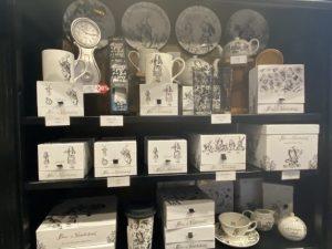 tasse, théières, la collection présente l'ensemble des pièces indispensable à un traditionnel service à thé anglais.